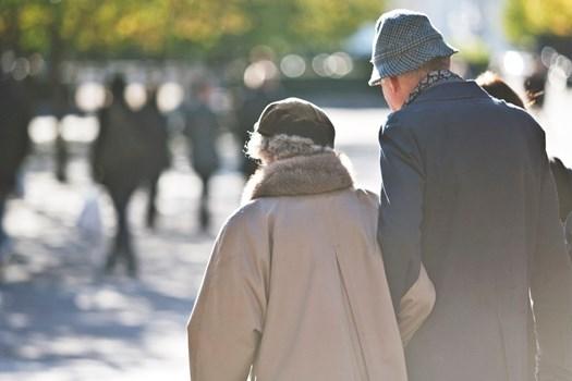 Äldre par på promenad