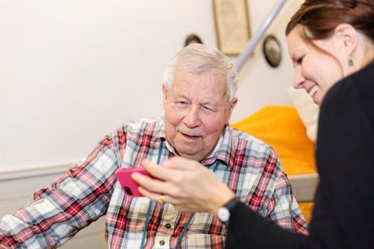 Äldre man med personal